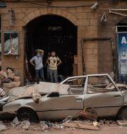 Två män ser på förödelsen efter explosionerna i Beirut.  Felipe Dana / TT NYHETSBYRÅN