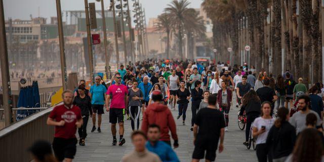 Folk på strandpromenaden i Barcelona efter att Spanien lättat på sina restriktioner. Emilio Morenatti / TT NYHETSBYRÅN