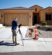 En fotograf utanför Stephen Paddocks hem i staden Mesquite utanför Las Vegas. CHRIS WATTIE / TT NYHETSBYRÅN