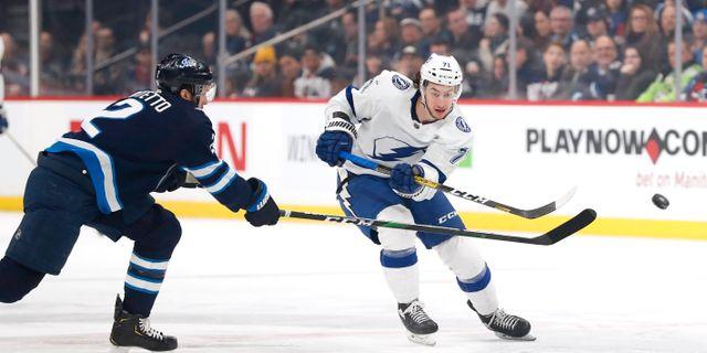 Winnipegs försvarare Anthony Bitetto försöker stoppa Tampas Anthony Cirelli.  James Carey Lauder / TT NYHETSBYRÅN
