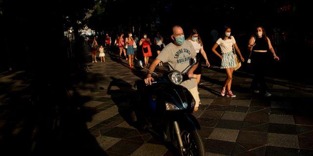 Folk på gata i Madrid.  Manu Fernandez / TT NYHETSBYRÅN