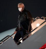 President Joe Biden boards Air Force One, at Andrews Air Force Base, Md., Friday, Feb. 12, 2021, en route to Camp David. Evan Vucci / TT NYHETSBYRÅN