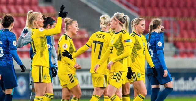 Nöjda svenskor efter matchen.  RADOVAN STOKLASA / BILDBYRÅN