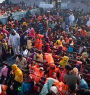 Rohingyer på fartyget igår. Mahmud Hossain Opu / TT NYHETSBYRÅN