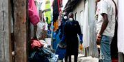 Sanergys personal hämtar tunnorna.  SIMON MAINA / AFP