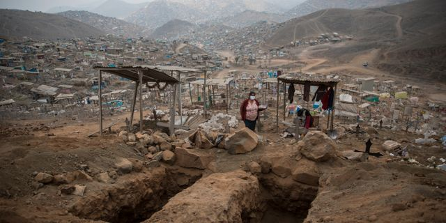 Två tomma begravningsplatser på begravningsplatsen Nueva Esperanza i utkanten av Lima. Rodrigo Abd / TT NYHETSBYRÅN