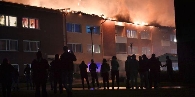 Bild från branden som bröt ut i Enköping i natt. Fredrik Sandberg/TT / TT NYHETSBYRÅN