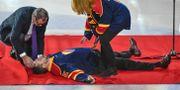 Nichlas Falk svimmar under tacktalet efter att hans tröja hissades upp i taket före torsdagens ishockeymatch i SHL mellan Djurgården Hockey och Färjestad BK.  Janerik Henriksson/TT / TT NYHETSBYRÅN