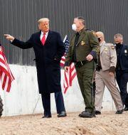 Donald Trump vid muren. Alex Brandon / TT NYHETSBYRÅN