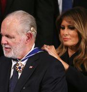 Rush Limbaugh får medaljen av Melania Trump. MARIO TAMA / GETTY IMAGES NORTH AMERICA