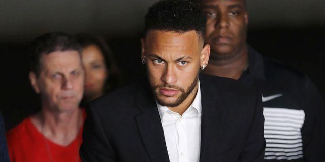 Neymar lämnar polisstation i Sao Paulo LUISA GONZALEZ / TT NYHETSBYRÅN