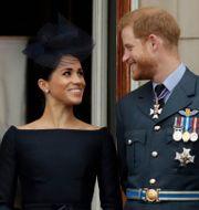 Drottning Elizabet, Meghan Markle och prins Harry. Arkivbild. Matt Dunham / TT NYHETSBYRÅN