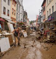 Uppstädning efter översvämningarna i Ahrweiler i västra Tyskland. Thomas Frey / TT NYHETSBYRÅN