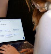 En kvinna söker jobb på Arbetsförmedlingens hemsida. Jessica Gow/TT / TT NYHETSBYRÅN