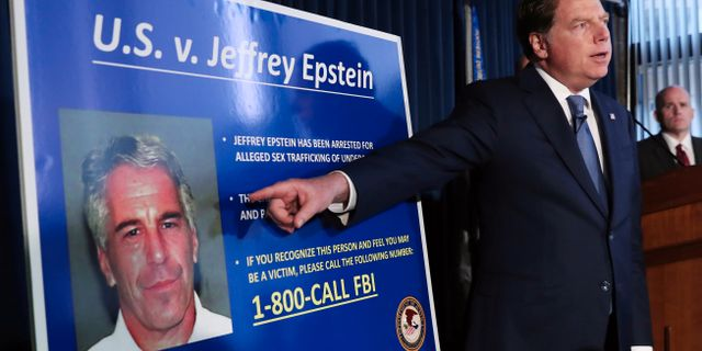 Distriktsåklagaren Geoffrey Berman på pressträff där bild av Epstein visas upp. Shannon Stapleton / TT NYHETSBYRÅN