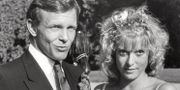 """Carl Adam """"Noppe"""" Lewenhaupt och Grynet Molvig vid sitt bröllop 1983.  BONNIERARKIVET / TT NYHETSBYRÅN"""