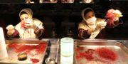 Arbetare sorterar saffran i en anläggning i nordöstra Iran. ATTA KENARE / AFP