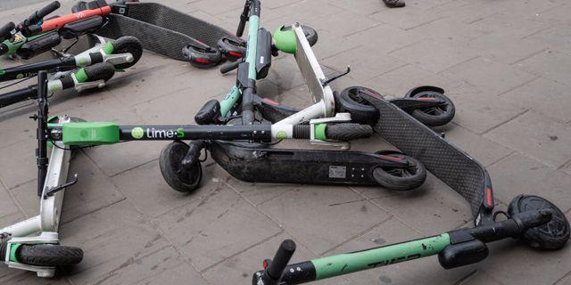 Elsparkcyklar på marken. Stina Stjernkvist/TT / TT NYHETSBYRÅN