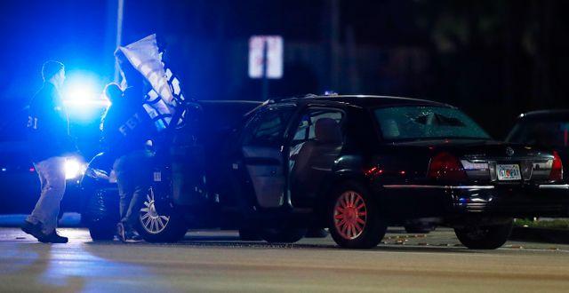 Amerikansk polis undersöker brottsplatsen.  Brynn Anderson / TT NYHETSBYRÅN
