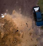 Människor fyller sandsäckar i väntan på Michael.  BRENDAN SMIALOWSKI / AFP