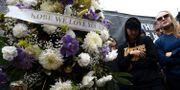 Fans hedrar Kobe Bryant i Los Angeles. Chris Pizzello / TT NYHETSBYRÅN