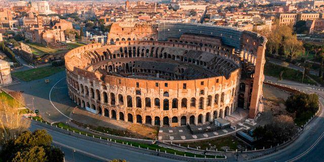Gatorna runt Colosseum är helt öde. ELIO CASTORIA / TT NYHETSBYRÅN