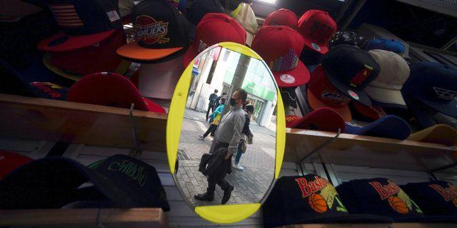Illustrationsbild: Fotgängare i Tokyo ses i en spegel som står i ett butiksskyltfönster.  Eugene Hoshiko / TT NYHETSBYRÅN