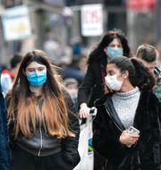 Människor på gatan i Köln. Martin Meissner / TT NYHETSBYRÅN