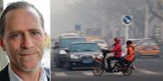 Daniel Helldén (MP) och en elmoped i Kina. TT