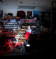 Butiksinnehavaren Sodhi Sing har ingen el i sin butik. Noah Berger / TT NYHETSBYRÅN