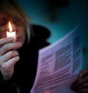 Illustrationsbild: Kvinna kontrollerar elräkning.  EXPONERA / TT / TT NYHETSBYRÅN