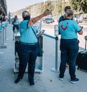 Arkivbild: Charterresenärer visas vid landning till bussar av researrangörens personal, när det första charterplanet från Sverige anländer till Rhodos i början av juli.  Stina Stjernkvist/TT / TT NYHETSBYRÅN