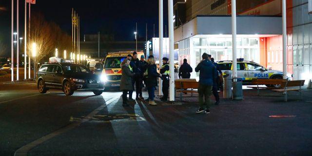 Poliser på parkeringen där barnvagnen hittades. Thomas Johansson/TT / TT NYHETSBYRÅN