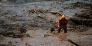 En räddningsarbetare söker efter offer efter dammkollapsen i Brasilien i fredags. MAURO PIMENTEL / AFP