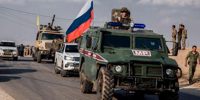 Kurdiska styrkor lämnar norra Syrien under översyn av ryska trupper.  Baderkhan Ahmad / TT NYHETSBYRÅN