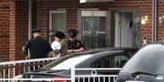 En kvinna eskorteras av polis från mödravårdscentret i Queens efter kinvattacken.  TIMOTHY A. CLARY / AFP