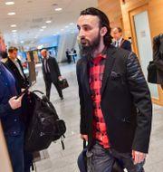 Den tjetjenske regimkritikern Tumso Abdurachmanov anländer till säkerhetssaleni Attunda tingsrätt. Jonas Ekströmer/TT / TT NYHETSBYRÅN