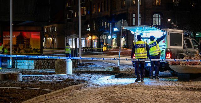 Poliser vid en avspärrning i Vetlanda.  Mikael Fritzon/TT / TT NYHETSBYRÅN