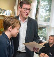 Gergely Karacsony lägger sin röst tillsammans med sin son. Zoltan Balogh / TT NYHETSBYRÅN