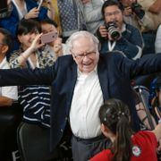 Berkshire Hathaway Chairman and CEO Warren Buffett prepares to hug table tennis player Ariel Hsing, bottom, in front of the Berkshire-owned Borsheims jewelry store in Omaha, Neb., Sunday, May 7, 2017, as the annual Berkshire Hathaway shareholders meeting winds to an end. Nati Harnik / TT / NTB Scanpix