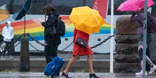 Paraplyproblem i regnet och blåsten i utanför Centralstationen i Malmö då stormen Knud anlände. Johan Nilsson/TT / TT NYHETSBYRÅN