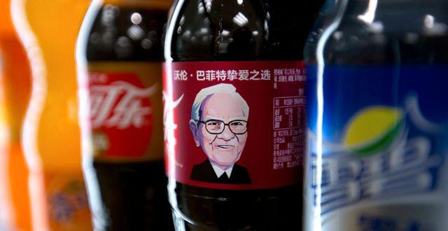 Buffett på en Coca-Cola-flaska. Mark Schiefelbein / TT NYHETSBYRÅN