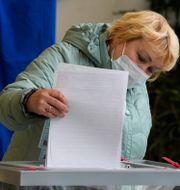 Kvinna röstar i Sankt Petersburg, Ryssland. Dmitri Lovetsky / TT NYHETSBYRÅN