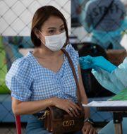 En kvinna vaccineras i Bangkok.  Sakchai Lalit / TT NYHETSBYRÅN