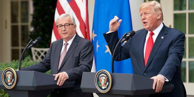 Trump med EU-chefen Juncker vid Vita huset förra sommaren. Pablo Martinez Monsivais / TT NYHETSBYRÅN