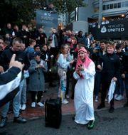 Fans utanför Newcastles stadium St James Park efter beskedet om ägarbytet. LEE SMITH / BILDBYRÅN