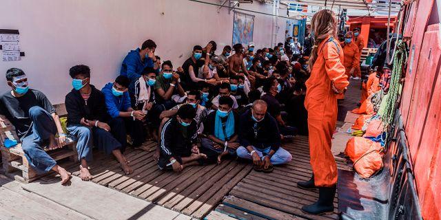 Migranter och personal ombord på Ocean Viking på söndagen Flavio Gasperini / TT NYHETSBYRÅN