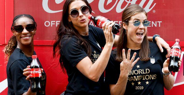 Coca-Cola-ambassadörerna och fotbollsvärldsmästarna Crystal Dunn, Alex Morgan och Kelley O'Hara efter sommarens VM-guld. Brian Ach / TT NYHETSBYRÅN