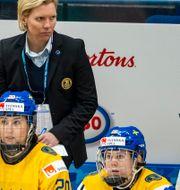 Förbundskapten Ylva Martinsen med sina spelare i VM i april. TOMI HÄNNINEN / BILDBYRÅN