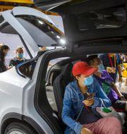 En Tesla-modell visas på bilmässa i Beijing, 2020. Mark Schiefelbein / TT NYHETSBYRÅN